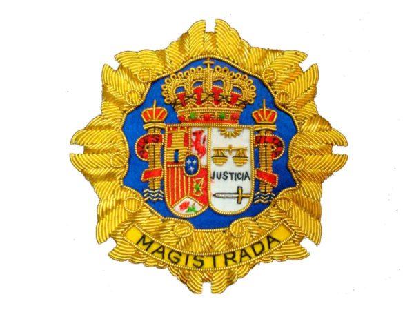 Escudo para toga magistrada justicia fondo blanco