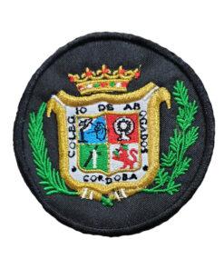 Escudo-Bordado-a-Maquina-Colegio-de-Abogados-de-Cordoba-blanco